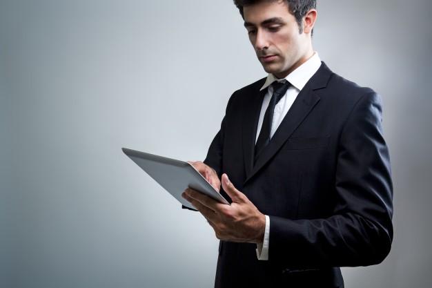 tablet-ocupacao-segurando-computador-eletronico_1301-1851